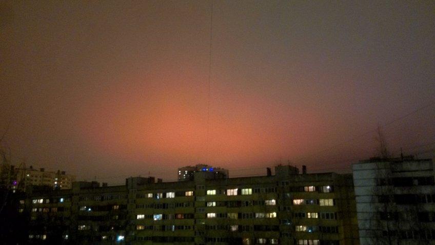 Жители Петербурга наблюдали красное небо